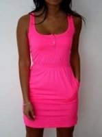 Kde sehnat růžové neonové šaty?